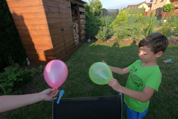 Wyścig balonów w ogrodzie