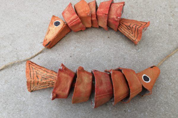 Złote rybki z opakowania po jajkach
